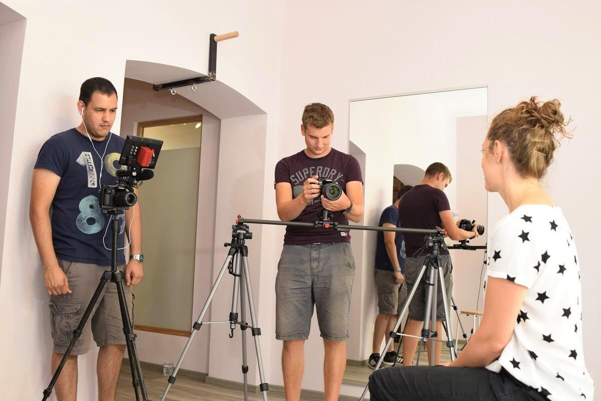 Omar Fischer (li.) und Tristan Köppa (re.) von 7PUNKT8 Media beim Interview mit Claudia Schmidt.Omar Fischer (li.) und Tristan Köppa (re.) von 7PUNKT8 Media beim Interview mit Claudia Schmidt.